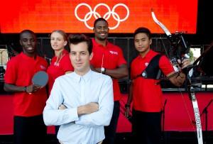 Musiker Mark Ronson: Das Testimonial von Coca-Cola posiert mit Olympioniken.
